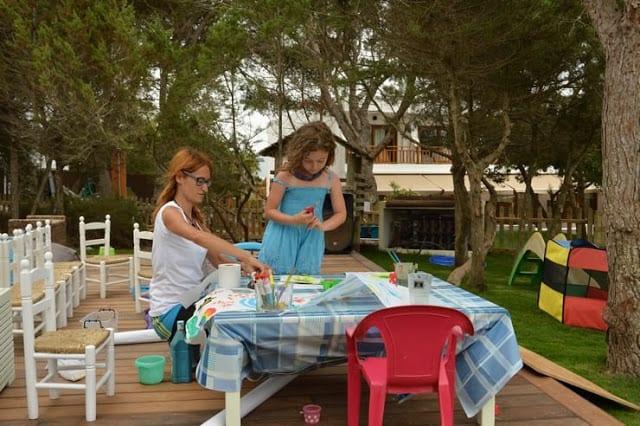 Zona de juegos con monitora en el Gecko Hotels en Formentera