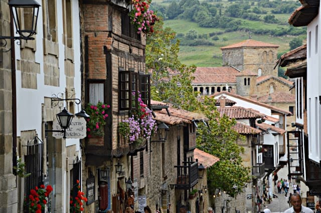 Motivos que hacen de Santillana de Mar un destino familiar Cantabria