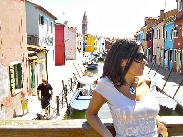 Disfruta del color viajando a la isla de Burano en Venecia. Burano