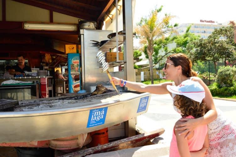 Comiendo Espetos en la Playa de Torremolinos