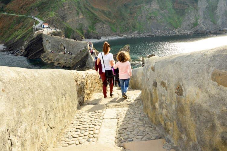 San-Juan-de-gaztelugatxe-con-niños-pais-vasco