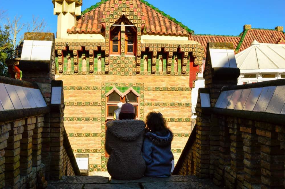 viajar-a-el-capricho-de-gaudi-con-los-niños-comillas-en-familia-cantabria