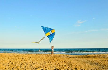 vacaciones-con-niños-en-salou-Blaumar-hotel-volar-cometas