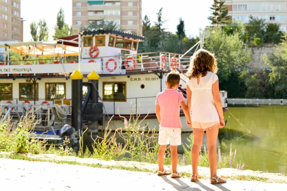 En busca de las ardillas en Campo Grande. Valladolid con niños España