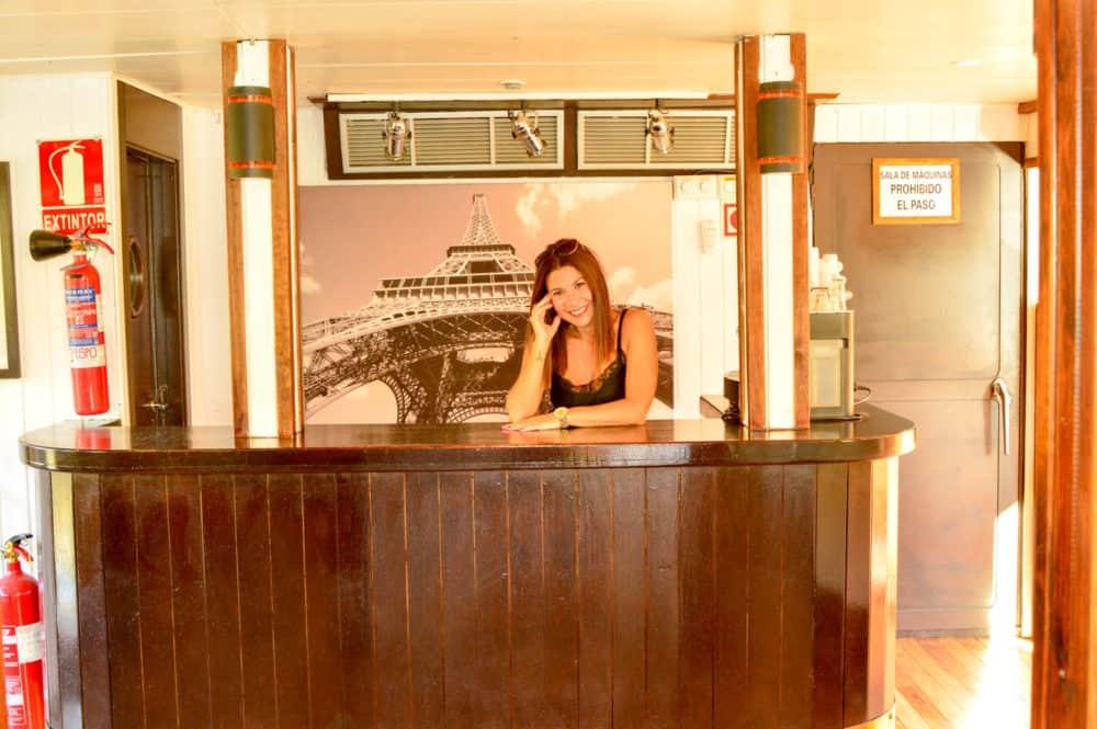 con un sonido de fondo a Jazz en el bar-salón en la entrada al barco.