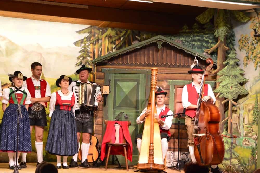 Tiroler-Abenda-Innsbruck-Austria-con-niños-Navidad-en-Innsbruck