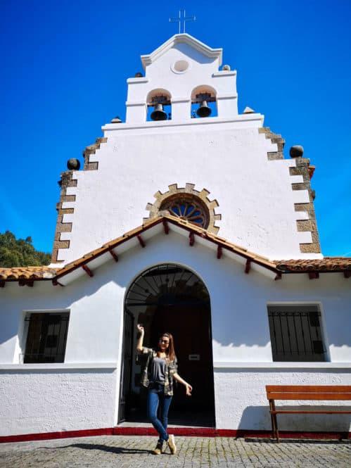 Iglesia en el pueblo de Tazones en Asturias