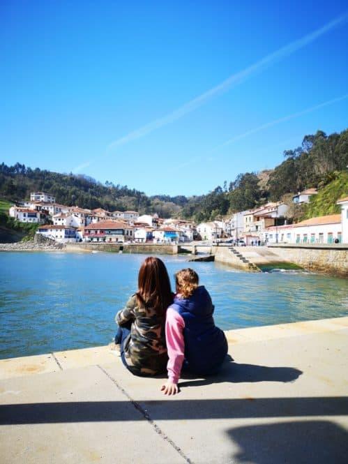 Panorámica de las casitas en el pueblo de Tazones en Asturias