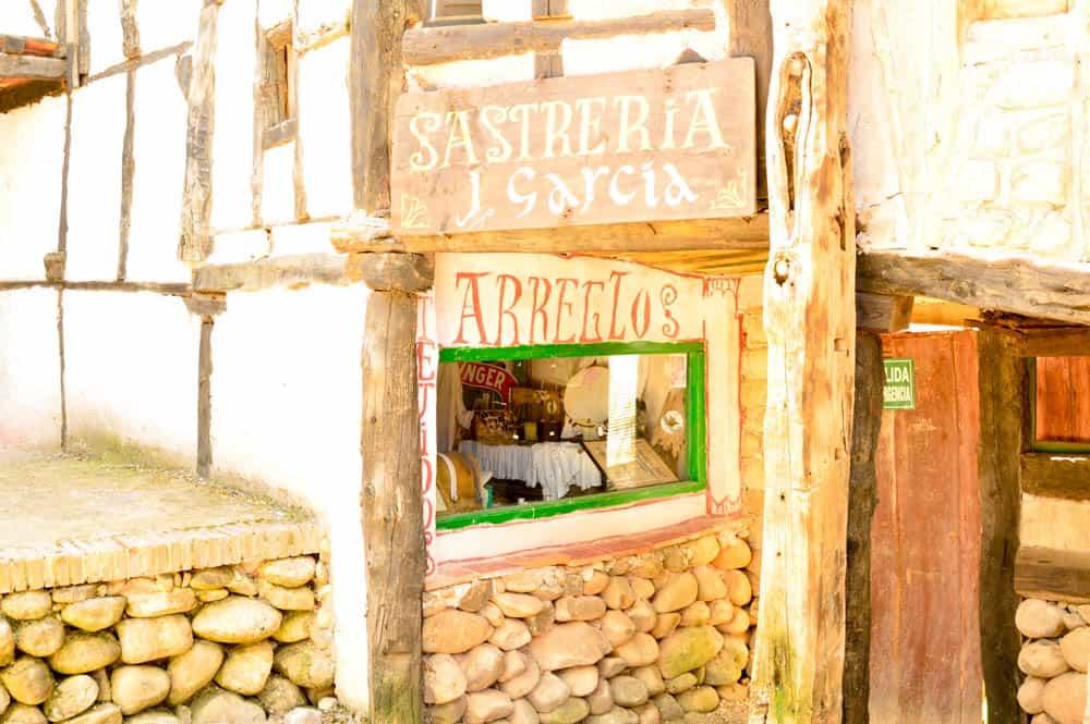 Félix, es un escultor que en estos últimos años está inmerso en la construcción y mantenimiento de este pueblo burgalés a escala real, además, algo muy a tener en cuenta, es que para ello utiliza materiales reciclados encontrados en escombreras.
