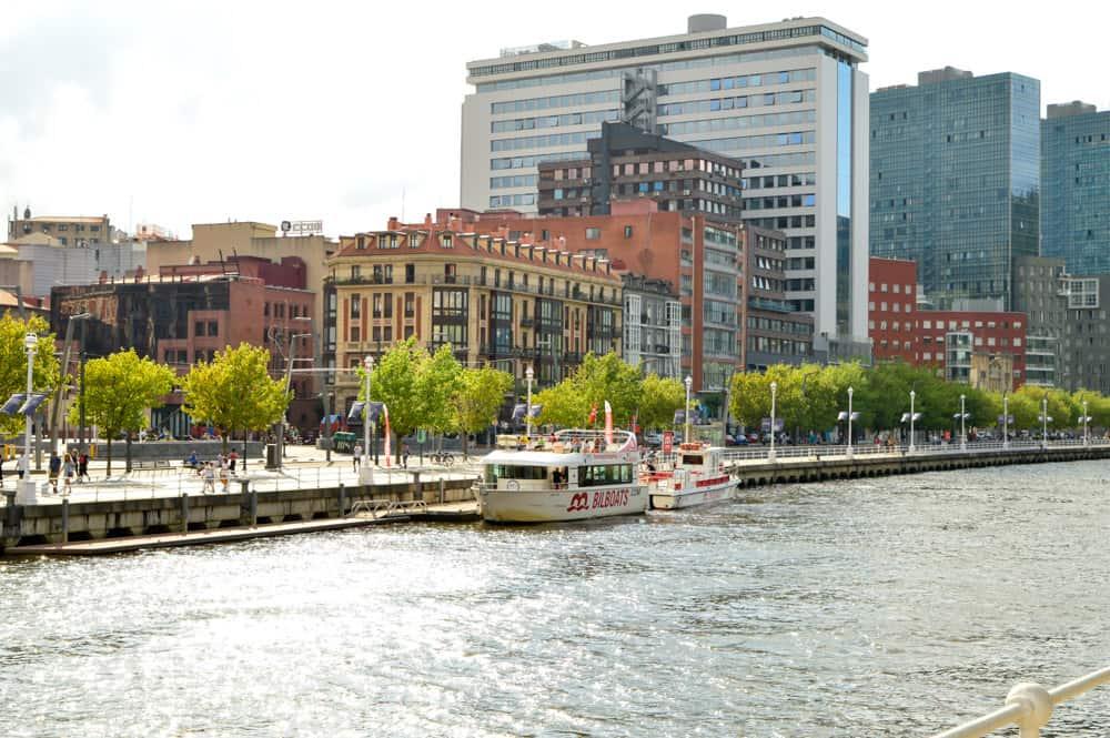 Viajandoconmammi-Viajar-con-niños-Vacaciones-familia-planes-con-niños-Bilbao-Bizkaia-Biolboats-excursiones-barco-por-ría-nervión-Bilbao