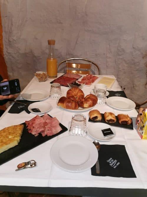 Desayunando en las casas cuevas de Valtierra en Navarra