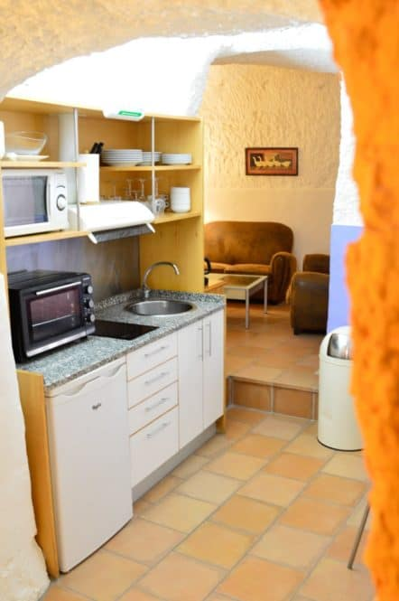 cocina y sala de una de las casas cuevas de Valtierra en Navarra