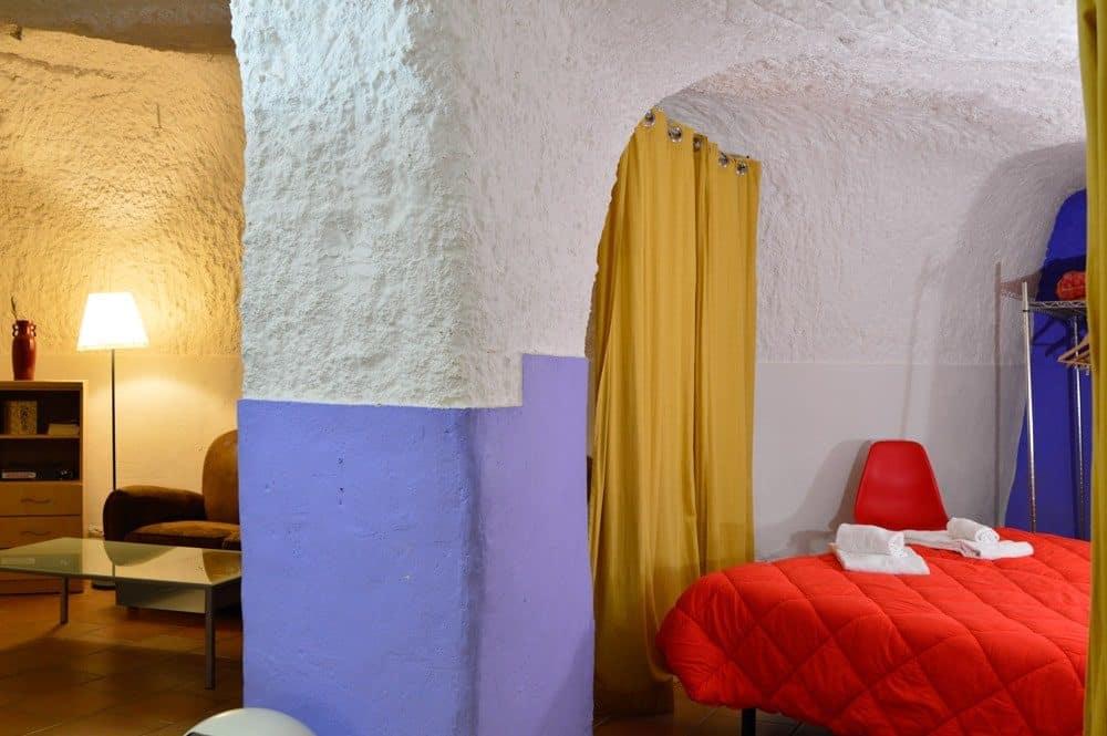 Salón de las casas cuevas de Valtierra en Navarra