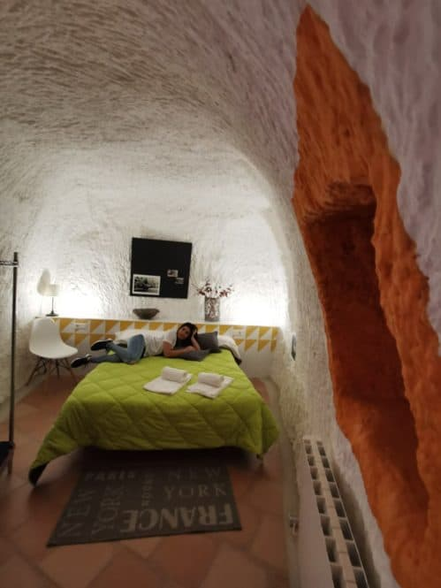 habitación de las casas cuevas de Valtierra en Navarra
