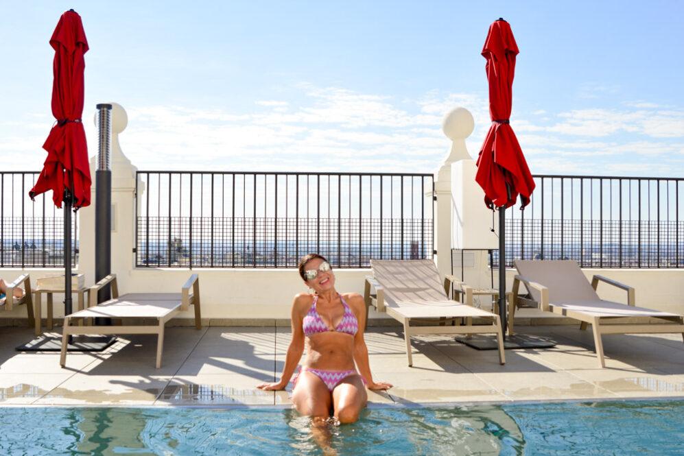 Piscina panorámica del hotel Riu Plaza España en Madrid