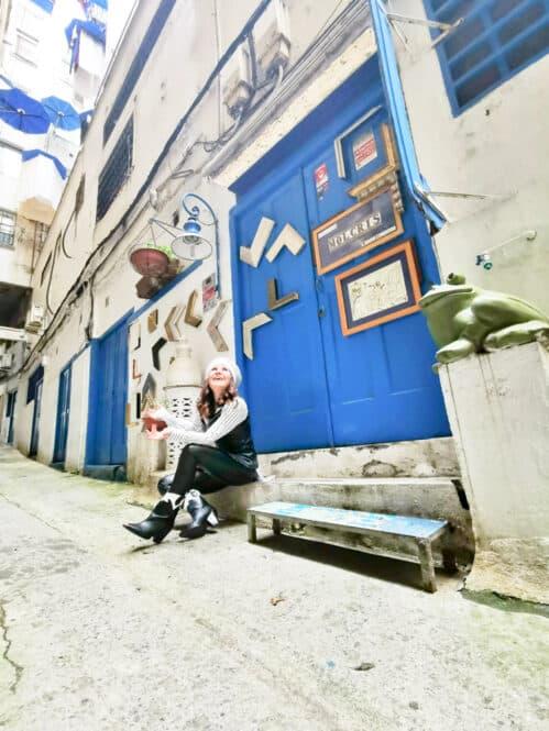 Y por lo visto, otra de las puertas azules del callejón, esconde una alternativa galería de arte llamada Aire.